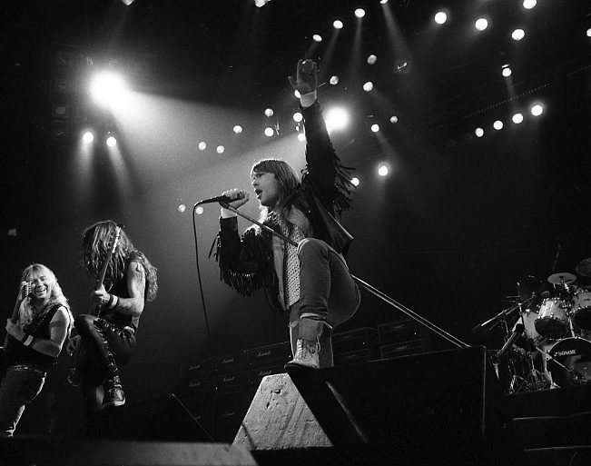 Iron Maiden sørger for stemning under konserten i Drammenshallen.08.11.1990